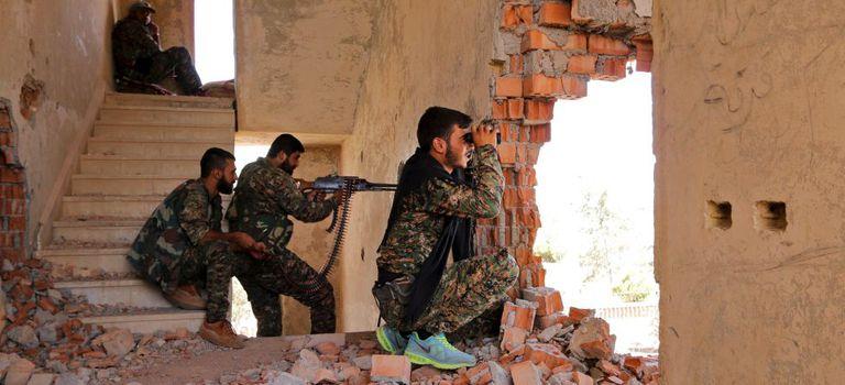 Milicianos das YPG curdas, posicionados no front de Hasaka, em julho de 2015.