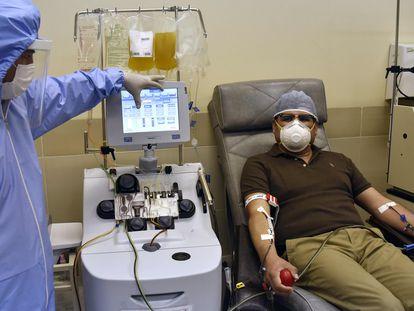 Paciente recuperado doa plasma em um centro de saúde em La Paz, Bolívia, em 10 de junho.