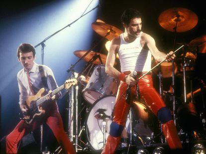 """<p><strong>Por que é tão boa.</strong> A linha do baixo resulta tão aderente quanto um bom estribilho. E é uma aposta segura para pôr as pernas para o ar numa discoteca.</p> <p><strong>História da canção</strong>. O baixo de John Deacon, autor do tema, é o protagonista absoluto do 'single' mais vendido da história de Queen (foi número um de vendas nos Estados Unidos e em quase todo o mundo). Como bom baixista, flipava com o funk e a música disco, e parece que depois de muito escutar a Chic criou esta base rítmica prodigiosa. O tema está adereçado com efeitos de som que hoje podem parecer obsoletos, mas em seu momento eram dos mais modernos: lembram a decolagem de uma nave espacial. O Queen punha assim um pé nos anos oitenta, quando se supunha que a ficção científica ia deixar de ser ficção. Contudo, a banda não tinha muita confiança neste tema, e, <a href=""""mailto:https://www.dailystar.co.uk/news/latest-news/238518/Michael-Jackson-urged-Queen-to-release-Another-One-Bites-The-Dust"""">segundo revelou</a> Roger Taylor, foi Michael Jackson quem, depois do escutar, lhes disse: """"Garotos, estão loucos se não o lançam como 'single"""". A bateria também lembra que muitos DJ de emissoras de soul acharam, ao o ouvir pela primeira vez, que o tema era de um grupo afroamericano.</p> <p>Escutar a canção <a href=""""https://www.youtube.com/watch?v=rY0WxgSXdEE"""" target=""""_blank"""">aqui</a>. <br /></p>"""