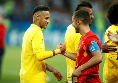 Neymar e Hazard se cumprimentam antes da partida de quartas de final da Copa entre Brasil e Bélgica.