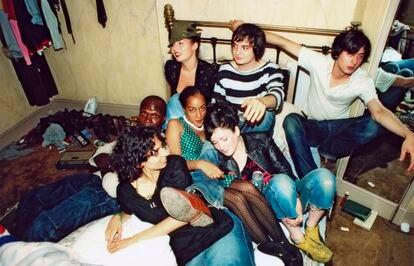Pete Doherty e Carl Barat, dos Libertines, compartilham cama com amigos no hotel Albion, em 2002.
