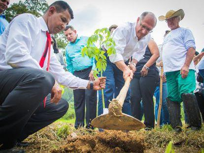 Geraldo Alckmin durante ação para preservar mananciais.