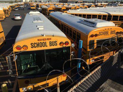 Garagem com ônibus escolares parados em LA após suspeita de terrorismo.