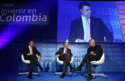Juan Manuel Santos e Felipe González no diálogo moderado pelo subdiretor de EL PAÍS, José Manuel Calvo (centro).