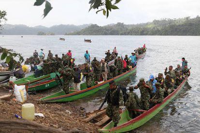 As FARC usaram 100 barcos para chegar às zonas veredais, onde entregarão as armas.