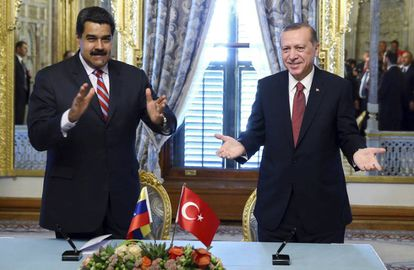 O presidente venezuelano, Nicolás Maduro (esquerda) ao lado do presidente turco, Recep Tayyip Erdogan, durante o Congresso Mundial de Energia, em Istambul, dia 10 de outubro.