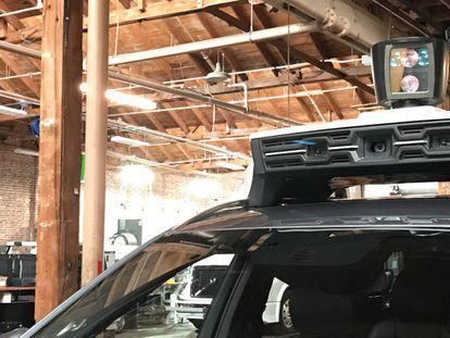 Detalhe dos sensores e câmeras do veículo.