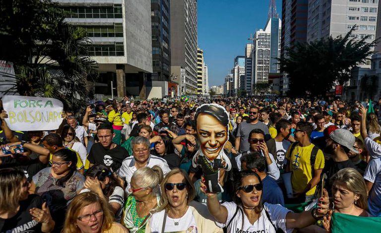 Apoiadores de Bolsonaro exibem inflável do candidato na avenida Paulista.