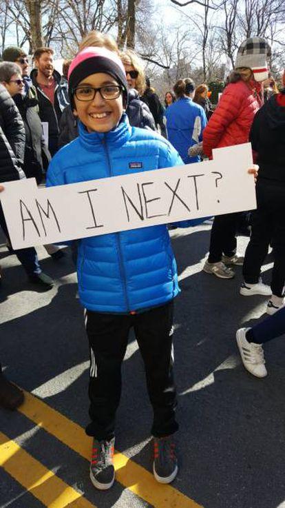 """Diego, de 12 anos, na marcha de Nova York, com um cartaz que diz: """"Eu sou o seguinte?"""""""