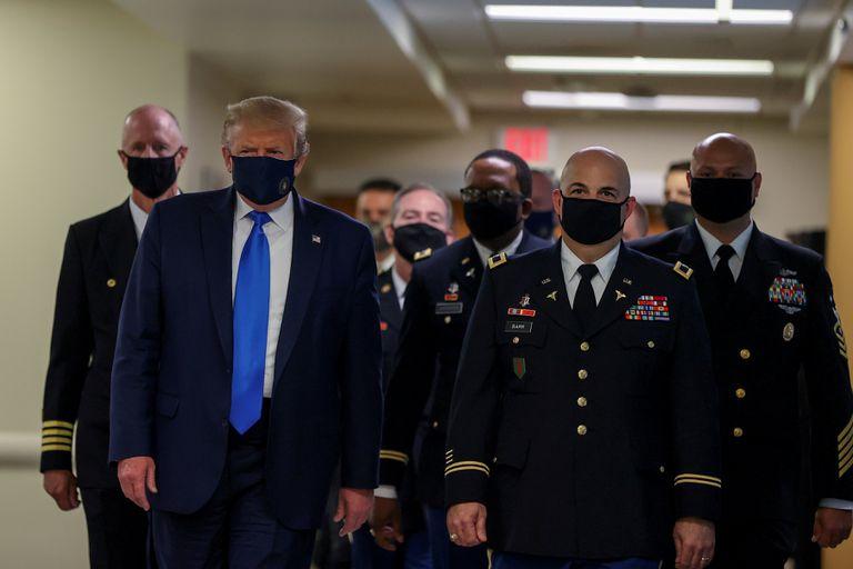 Trump aparece em público de máscara pela primeira vez, durante uma visita a um hospital, em 11 de julho.