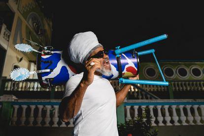Brown canta enquanto posa para as fotos do EL PAÍS, no Candeal, em Salvador.