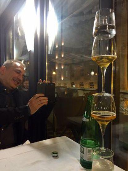 O sacerdote Vallejo, tirando uma foto em um restaurante.