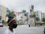 Bandeiras são usadas em praça de Santos para fazer propaganda dos candidatos das eleições municipais. No pleito não há nenhuma candidatas à prefeitura, mas dez mulheres são candidata à vice da chapa.