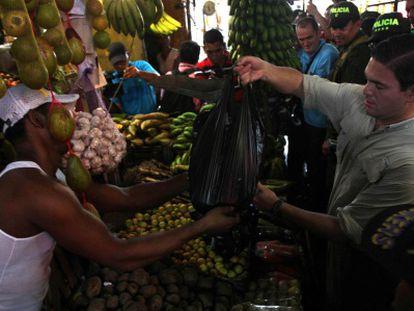 O ministro da Defesa da Colômbia em um mercado.