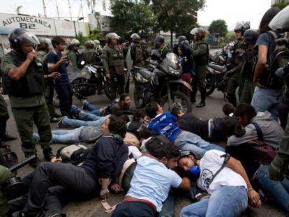 A segurança Bolivariana prende um grupo de manifestantes da oposição.