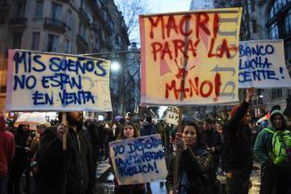 Manifestantes exibem cartazes durante a passeata universitária em Buenos Aires.