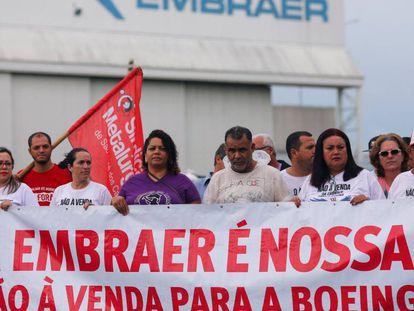 Funcionários da Embraer protestam contra a venda da companhia em São José dos Campos nesta terça-feira.