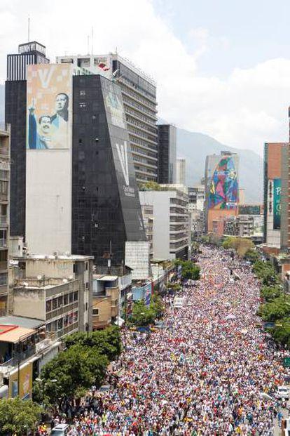 Manifestantes tomam as ruas de Caracas, capital da Venezuela, durante um protesto convocado pela oposição.