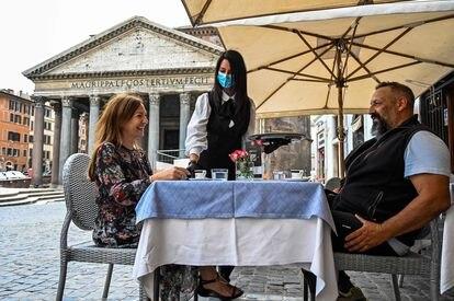 Casal toma café diante do Panteão romano.