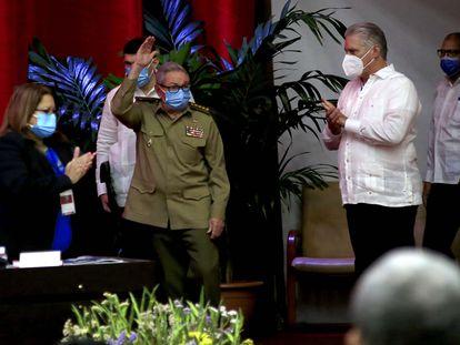 Raúl Castro, primeiro secretário do Partido Comunista, faz uma saudação na sessão inaugural do VIII Congresso do Partido Comunista de Cuba, acompanhado pelo presidente, Miguel Díaz-Canel.