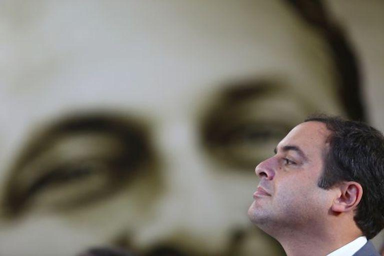 Paulo Câmara com a imagem de Eduardo Campos ao fundo, no evento que lembrou os 50 anos do nascimento dele.