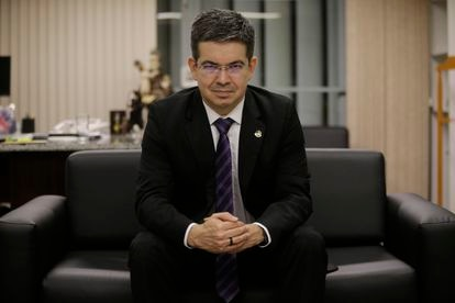 O senador Randolfe Rodrigues, em seu gabinete, em Brasília.