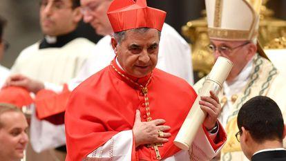Na foto, Angelo Becciu após jurar lealdade ao Papa e se tornar cardeal.
