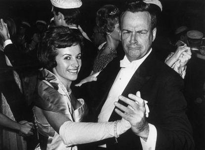 Feynman dança com sua esposa, Gweneth, na cerimônia do Nobel em Estocolmo, em 1965