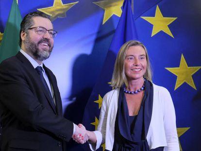 Chanceler brasileiro Ernesto Araújo com Federica Mogherini, representante da União Europeia.