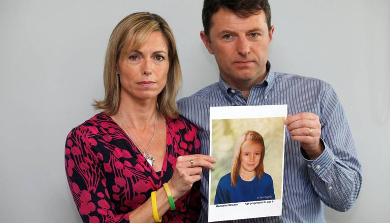 Kate e Gerry McCann posam em Londres com um retrato de como seria sua filha Madeleine em 2012.