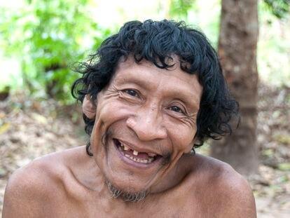 Karapiru Awá sorri para uma foto realizada pela Survival International.