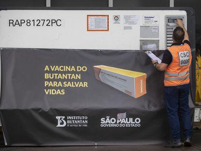 Propaganda da Coronavac no aeroporto de Guarulhos, em São Paulo.