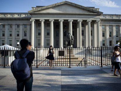 Turistas em frente à sede do Departamento do Tesouro dos Estados Unidos, em Washington.