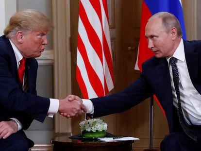 Donald Trump e Vladimir Putin se cumprimentam no início da reunião