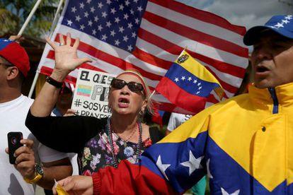 Venezuelanos que aguardavam a chegada de Obama a Miami mostram seu apoio aos manifestantes