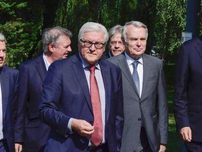 Da esquerda para a direita, o ministro belga Didier Reynders, o de Luxemburgo Jean Asselborn, o alemão Frank-Walter Steinmeier, o italiano Paolo Gentiloni, o francês Jean-Marc Ayrault e o holandês Bert Koenders.