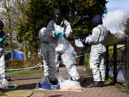 Polícia coleta amostras em Salisbury em março, após o envenenamento do ex-espião russo Serguei Skripal e sua filha.
