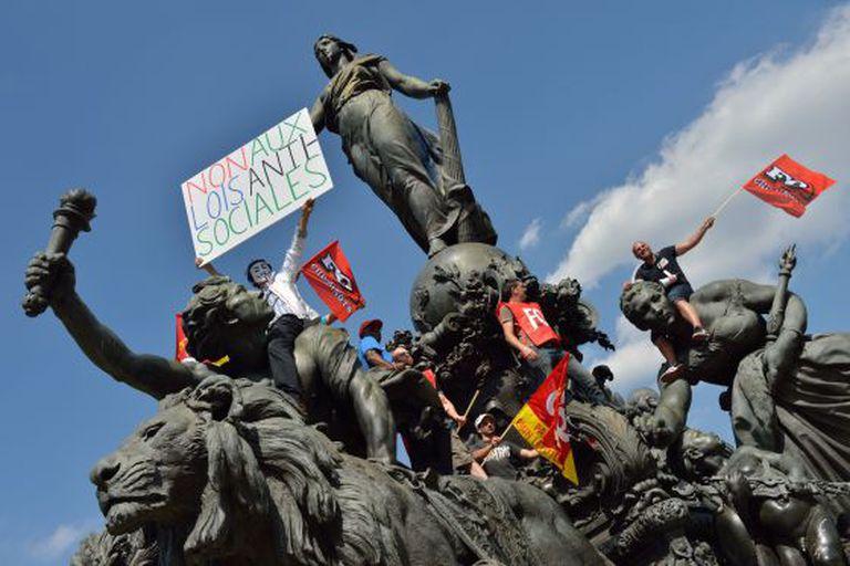 Protesto na estátua 'O triunfo da República' em Paris.
