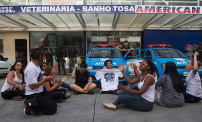 Mulheres de policiais descobrem 'fuga' de agentes e bloqueiam viaturas em posto de Jacarepaguá.