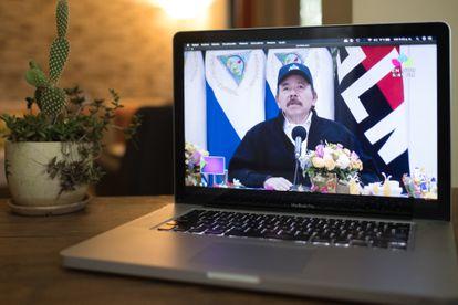A mensagem de Daniel Ortega vista em um celular em Manágua.