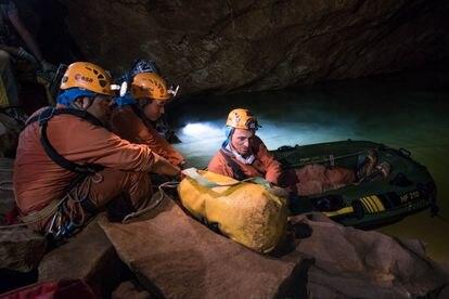 Pedro Duque durante um treinamento da ESA em uma caverna na Sardenha.