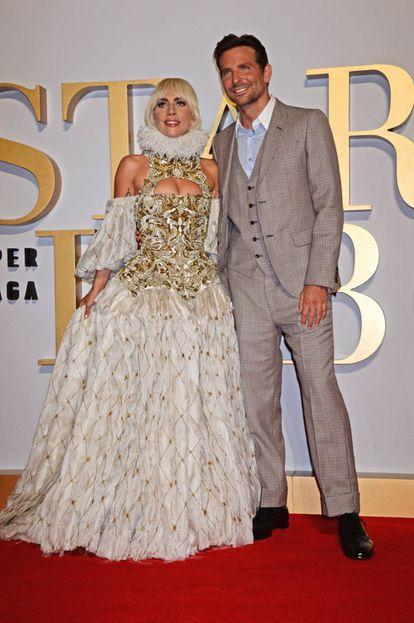 Lady Gaga com Bradley Cooper, durante apresentação do filme que protagonizam juntos.