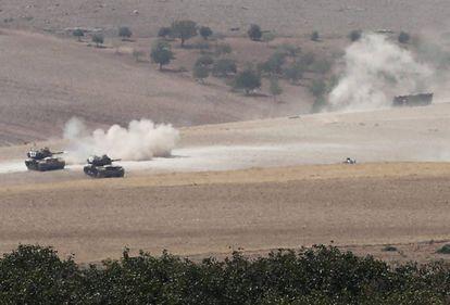 Vários tanques turcos cruzam a fronteira da Síria durante uma operação contra o Estado Islâmico.