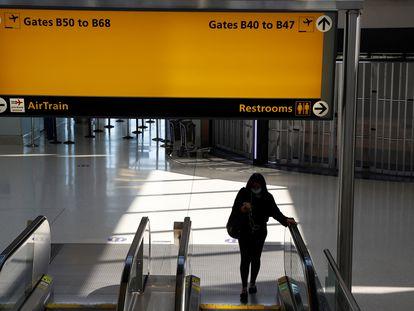 Uma mulher usando máscara no aeroporto de Nova Jersey em setembro passado.