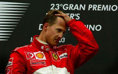 O piloto Michael Schumacherno pódio do GP de San Marino em 2003.