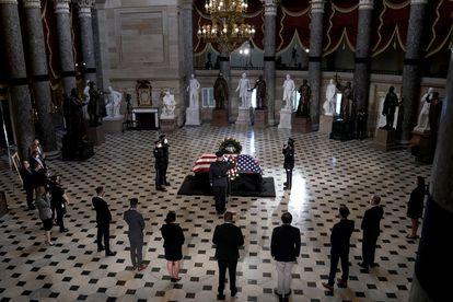 O caixão da juíza Ruth Bader Ginsburg no Statuary Hall.