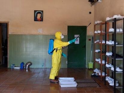 Bombeiro participa da desinfecção de um asilo geriátrico na província espanhola de Teruel.