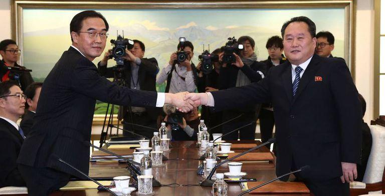 Os líderes das delegações da Coreia do Sul e do Norte, antes de começar o encontro.