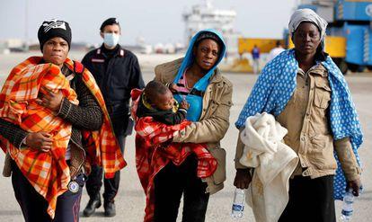 Mulheres imigrantes desembarcam na Sicília.