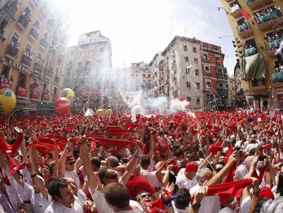 Centenas de pessoas comemoram com seus lenços vermelhos levantados o início das festas de São Firmino 2017.